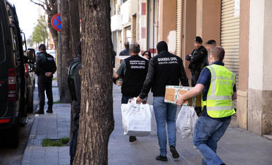 Agents de la Guàrdia Civil acompanyen el tercer dels detinguts ahir a Cappont.