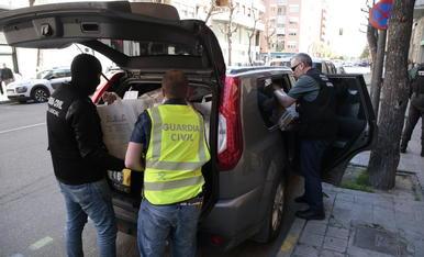 Agents carreguen material decomissat al pis de Cappont on vivien tres dels detinguts.