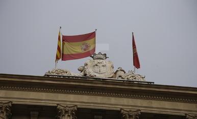 La bandera espanyola subjectada per l'asta de la senyera