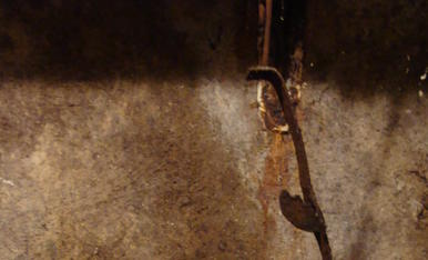 Un quinque antic d'oli, serveix perqué la foto realitzada, tingui aquests petits detalls, con la sebva ombra dibuixada a la paret, donant un halo de misteri gótic...Foto realitzada en un Trull