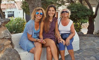 Amb les dones de la meva vida. Dues mares i dues filles en una fotografia amb tres persones, com s'explica això?