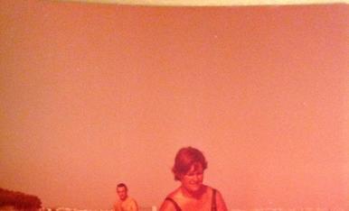 La meva mare i jo gaudint de la platja als anys 70.