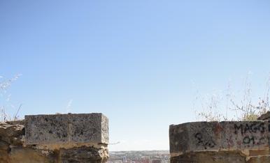 Canó del Castell Templer de Gardeny apuntant avui dia a l'infinit.