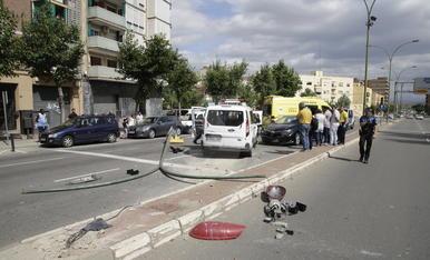 La furgoneta ha chocado con un semáforo y un turismo.