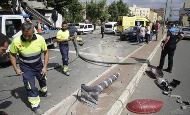 © Se empotra contra un semáforo en Passeig de Ronda