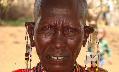 En un viatge a Kenya, em vaig fixa molt en els diferents i petits detalls, que tenen les dones de la Tribu Massai, en les seves orelles, portant-hi abaloris de bonics colors, realitzats per elles matrixes...