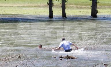 Agentes de los Mossos d'Esquadra y la Guardia Civil lo pudieron sacar del agua.