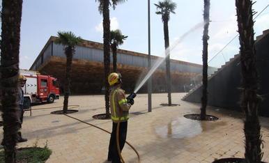 Incendis ahir a Pardinyes - Els Bombers de la Generalita van sufocar ahir dos focs causats probablement per petards al barri de Pardinyes. Els Bombers van haver d'anar a la matinada a la plaça de la Llotja per remullar les palmeres. D'altra ba ...