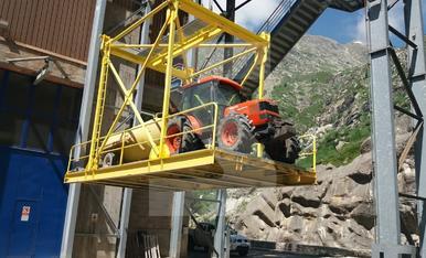 © Un tractor en el teleférico de la Vall Fosca