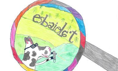 Una vaca fent una  foto a les lletres: esbaiola't.
