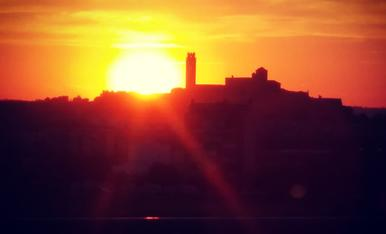 La posta de sol inunda de groc la Seu Vella