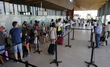 Viatgers a la terminal d'Alguaire durant la primera jornada dels vols d'estiu a Eivissa i Menorca.