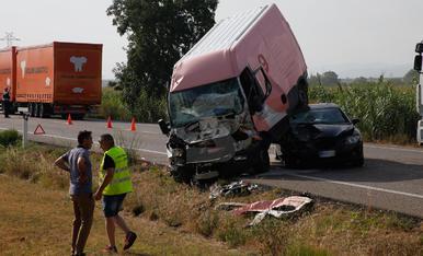 Accident a l'N-240 entre un vehicle, una furgoneta i un camió