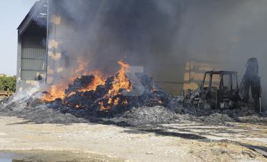 © Arde un almacén en Alcarràs