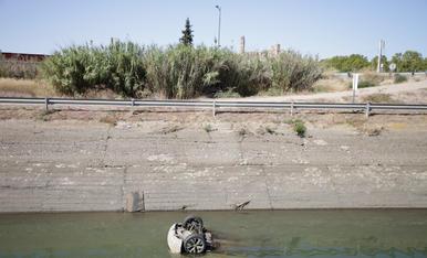 Troben dos cotxes al canal de Seròs a Lleida