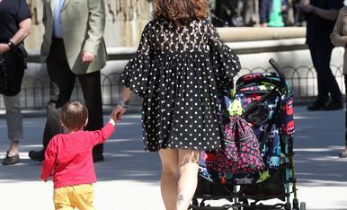 Una dona passeja amb el seu fill de la mà.