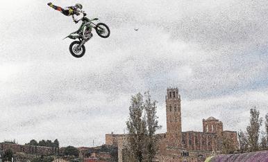 © Acrobàcies a l'aire amb una moto