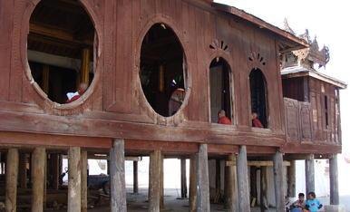 Façana del Monestir de Shwe Yan, al llac Inle de Birmania...Del Segle XVII, construit de fusta de teca, i té com a curiositat, els finestrals ovalats oberts sense vidres, i és on estudien i preguen els nens, on seran els futurs monjos budistes.