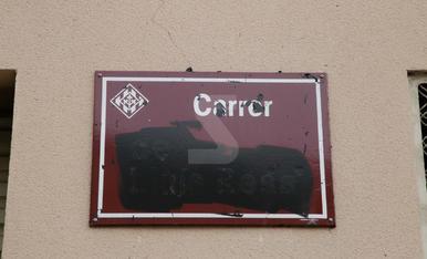 Tapen amb pintura negra les plaques de noms franquistes