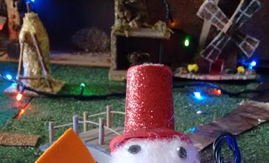 Ninot de neu. La nova figura del pessebre, fet amb espuma de coixí la base amb un tap, una pastanaga de joguina, tot fet a mà