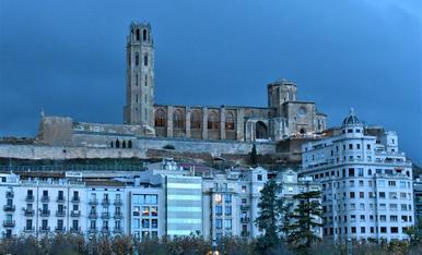fachada de edificios de Lleida en tarde de tormenta