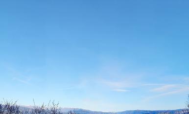 Foto realitzada de camí al Castell de Mur , vam fer una excursió amb els amics Aitor i Nuria i ens vam topar amb aquesta estampa hivernal , a la foto es pot apreciar totes les plantes gelades i la boira de fons que simulava que fos un llac