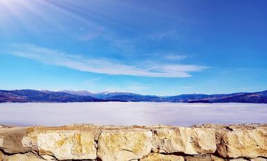 Foto realitzada al Castell de Mur, a la foto es pot apreciar tota la boira alta de fons que simulava que fos un llac