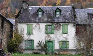 Façana d'una casa de la localitat de Les (la Val d'Aran)