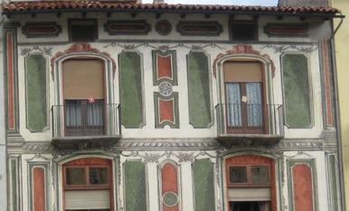 Molt atractiva aquesta façana enmig de la Seu d'Urgell.