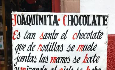 Als carrers de Pátzcuaro, al centre de Méxic, la Cholateria Joaquinita dóna la benvunguda als seus clients amb aquest magnífic cartell fent al·legoria a l'acció de resar