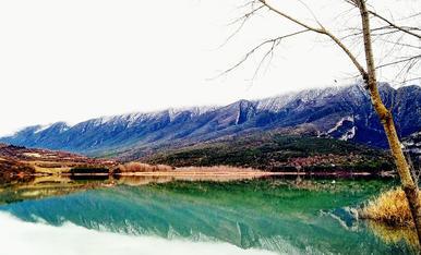 La neu ha enfarinat les muntanyes. Embassament de Terradets (Cellers, Pallars Jussà).