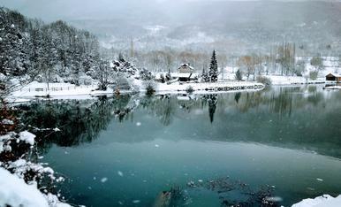 Sembla treta d'una postal de Nadal, paisatge hivernal feta a un poble d'Aragó (Eristé-Sahún)