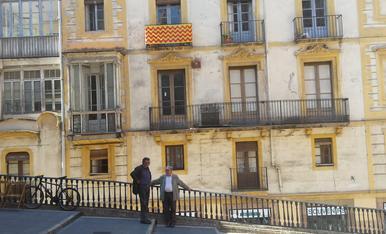 Tertulia d'uns avis a una façana dell casc Antic de Tarragona