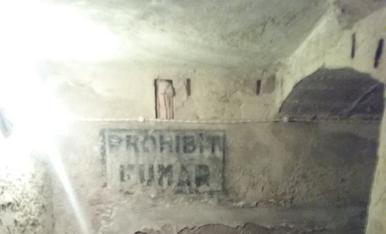 70 anys abans de l'entrada en vigor de la Llei Antitabac, el refugi antiaeri d'Agramunt, situat sota l'església de Santa Maria, ja advertia als vilatans de la prohibició de fumar dins del claustrofòbic recinte.