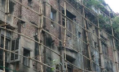 Al nostre país hi ha façanes de molts tipus, però cap com aquesta de Calcuta, a l'índia, on els obrers se les empesquen com poden creant bastides amb canyes i cordills.