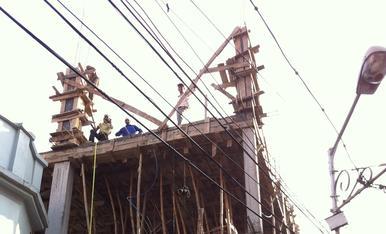Aquesta façana és una mostra de l'enginy emprat en la construcció a l'Índia, on utilitzen simples canyes com a puntals.