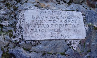 Rètol en el Poble de Es Bordes (Val d'Aran) que prohibeix rentar la roba en una font.