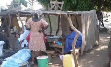Façana d'una restaurant al Senegal. Amb tela i quatre canyes de seguida va estar construït.