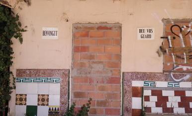 Foto presa en casa abandonada de l'horta de Lleida. La casa desprén tot el contrari del rètol.