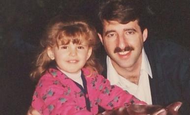 Foto amb el meu pare, Miquel, mentre jo estava pujada a una atracció.