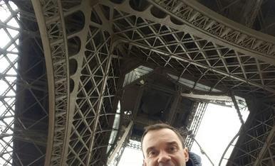 PINTOR XAVIER GOSE Nº 7 2-4 LLEIDA TELF: 669746888. Als peus de la torre Eifeel amb el meu pare Toni !!!olala.