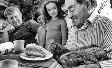 Al meu pare el Jaume , sempre li agrada ensenyar-nos com n,es d'amic dels animals, aqui estavem fent una calçotaad amb la Lorena, el Ramon , la Irene , la Paula i la Martina....