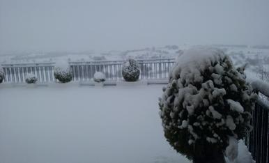 Una imatge de l'hivern pallarès que convida a gaudir de la neu amb els més petits