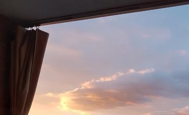 Des de la finestra: sortida de sol primaveral.