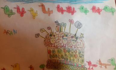 L'Aran té 4 anys. Ella vol la seva mona de pasqua, plena d'ous unicorn de xocolata i amb molts pollets.