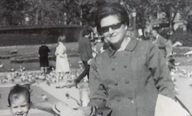 """En aquesta foto estic amb la mare a la Plaça Catalunya de Barna.Semblavem dis """"colometes""""!!"""