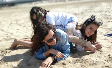 Jugant amb la mare a la platja!
