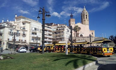 Fa 1 mes l'arribada de la primavera, un cel clar a Sitges amb la seva Esgèsia!