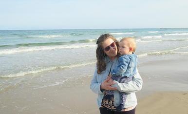 L'Abril i la seva mare a la platja de La Pineda.