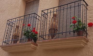 Cal Sastre des de 1780, balco amb anfores i geranis primaverals.Tragó de Peramola.Magda Bach.